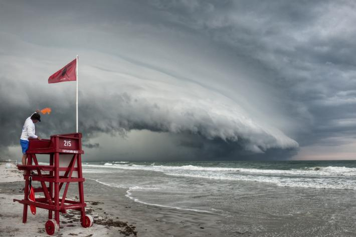 Shelf cloud approaching a beach