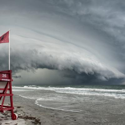 Shelf cloud approaching the beach.